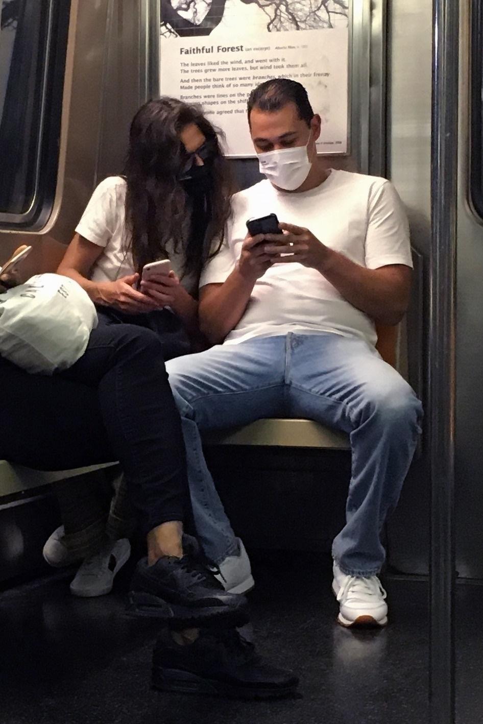Katie Holmes przyłapana w metrze, fot. BrosNYC / BACKGRID / Backgrid USA / Forum