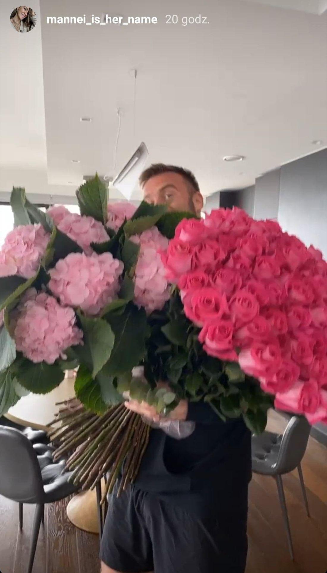 Artur Boruc z kwiatami