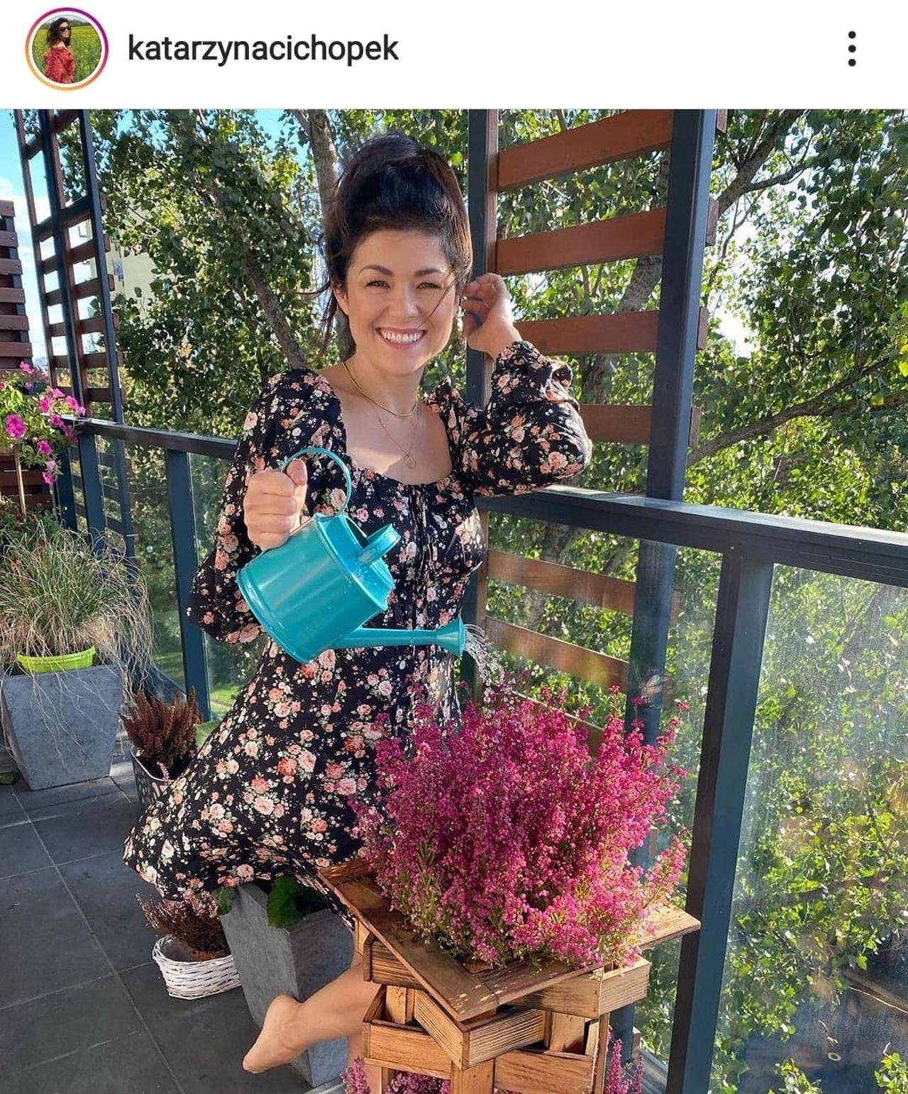 Katarzyna Cichopek podlewa kwiaty