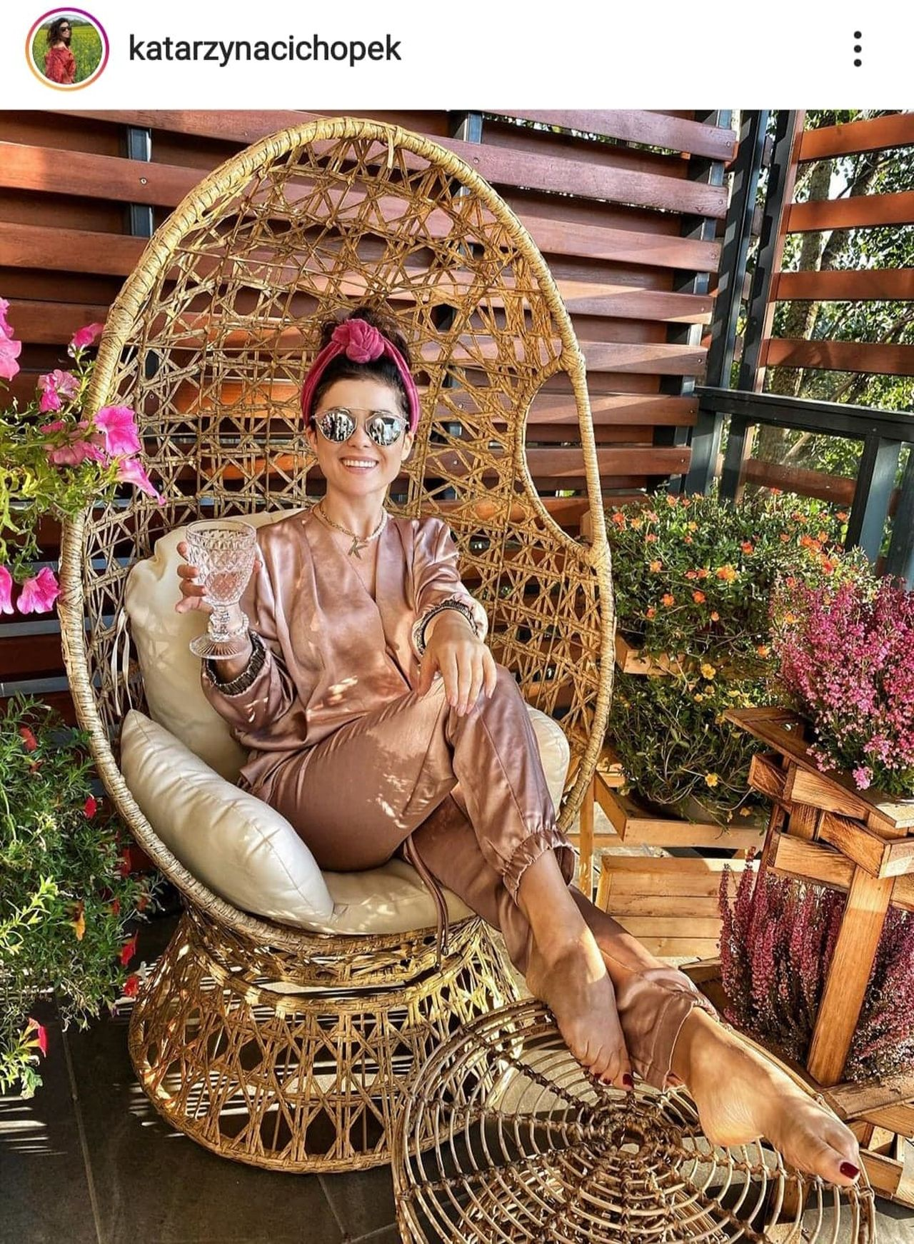 Katarzyna Cichopek na fotelu w stylu boho.