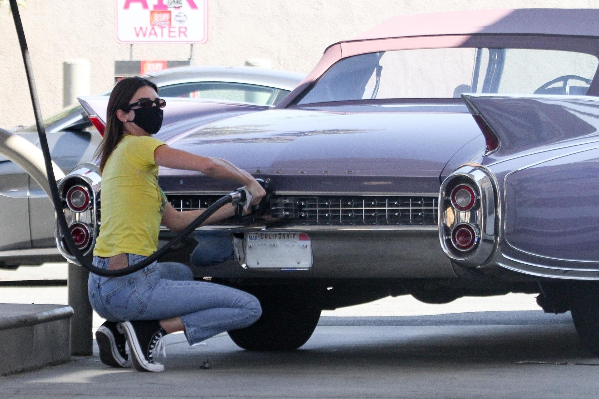 Kendall Jenner tankuje samochód, fot. Ability Films / BACKGRID / Backgrid USA / Forum