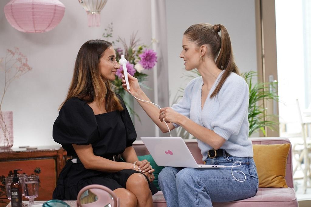 Justyna Obolewicz sprawdza urodowe gadżety kosmetyczne.