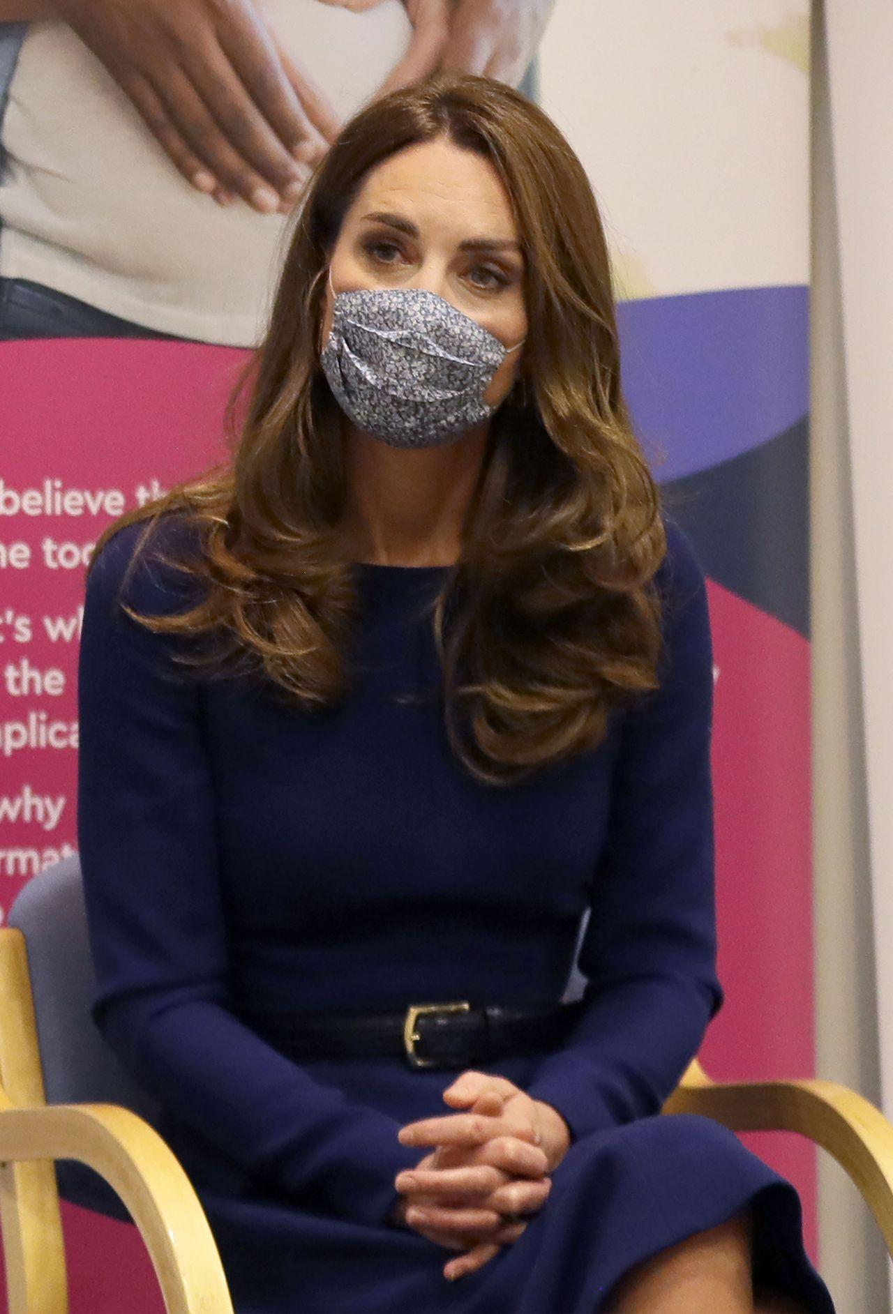 Księżna Kate siedzi w maseczce