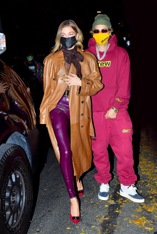 Justin Bieber z żoną w zgranych kolorystycznie stylizacjach.