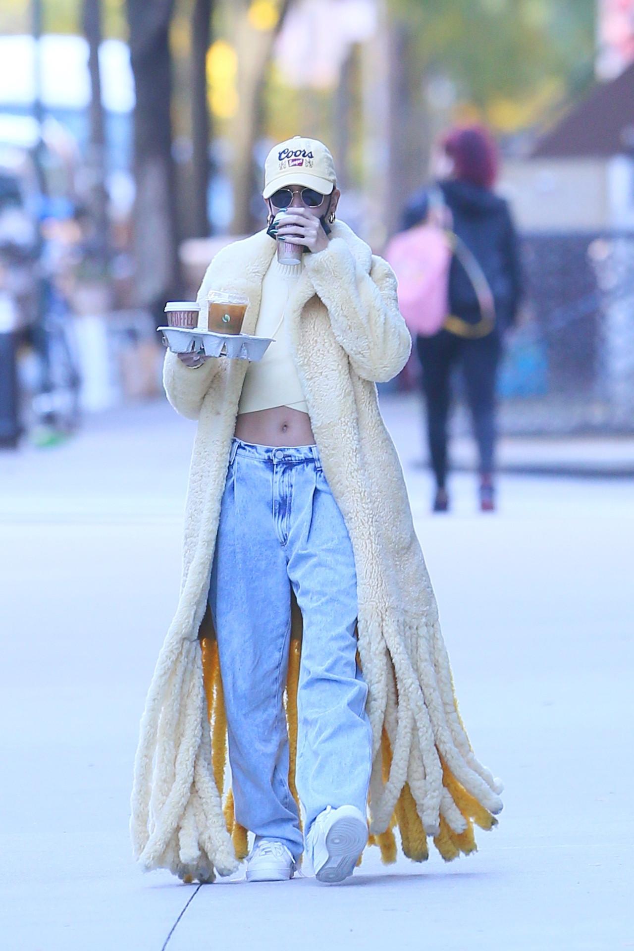 Hailey Bieber w dziwnym płaszczu