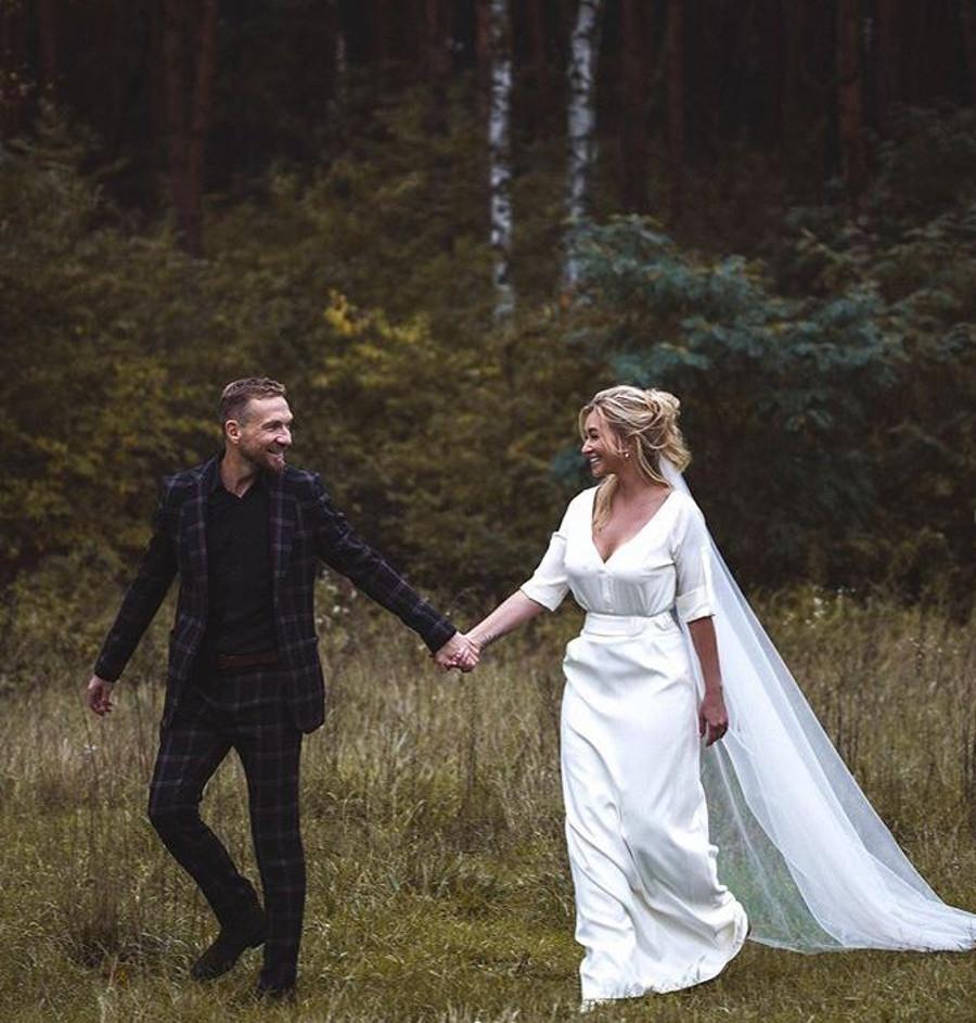 Martyna Wojciechowska i Przemek Kossakowski na ślubnym zdjęciu.