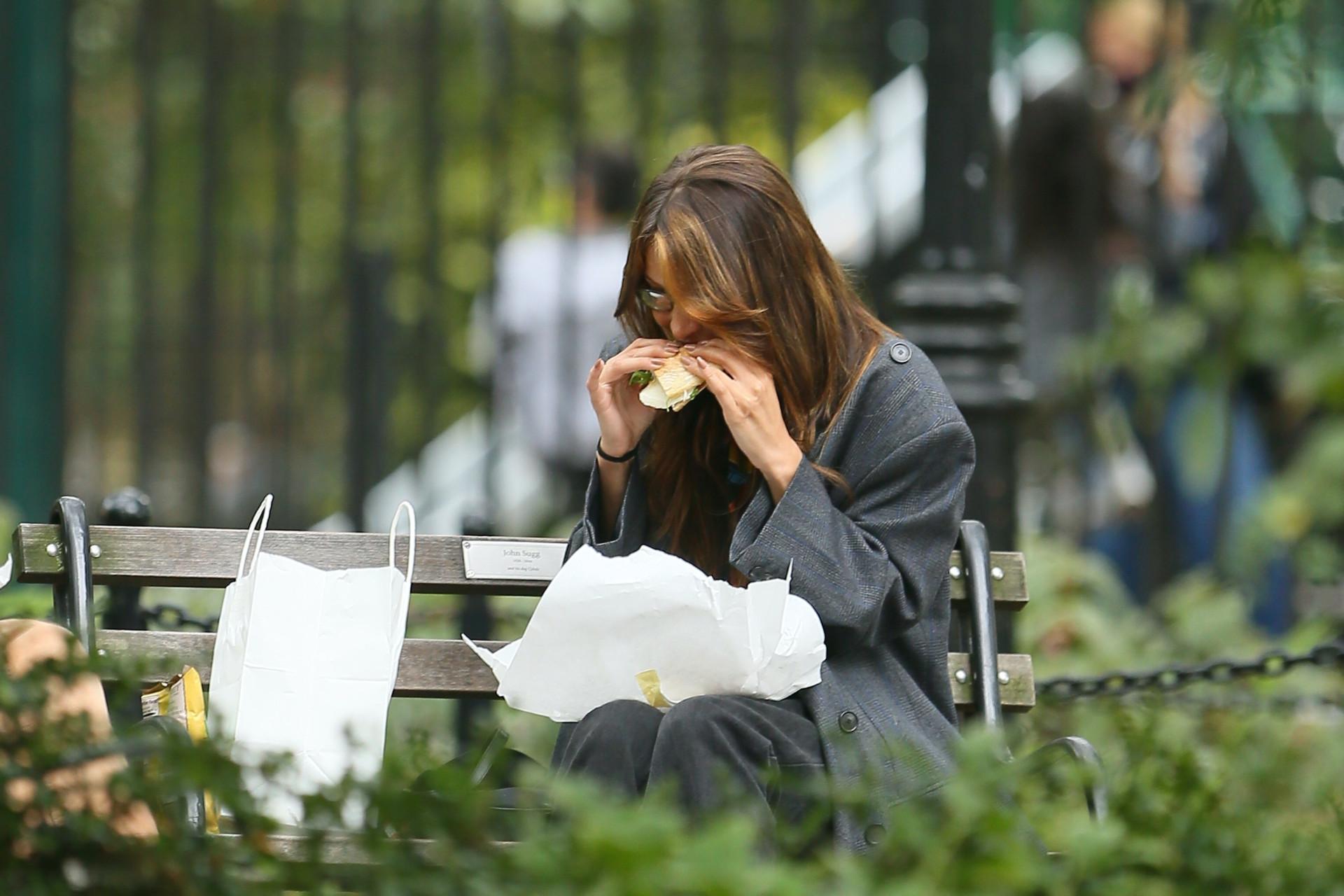 Bella Hadid je kanapkę, fot. Forum