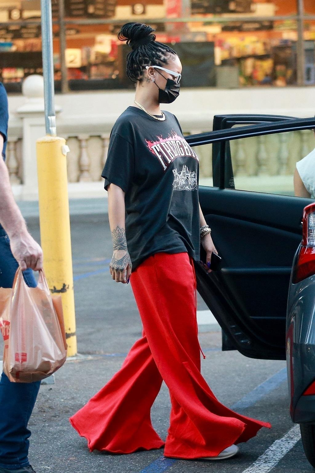Rihanna w szerokich spodniach.