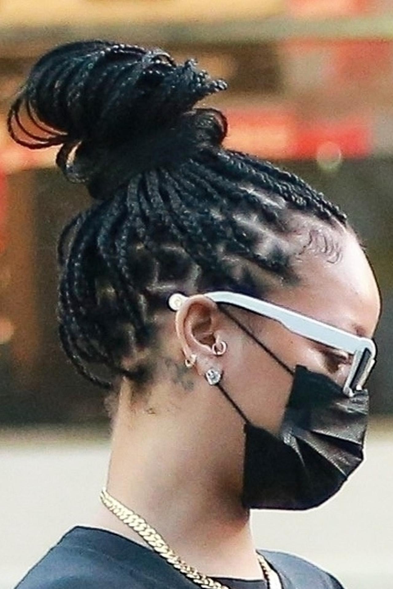 Rihanna ma całą głowę w warkoczykach.