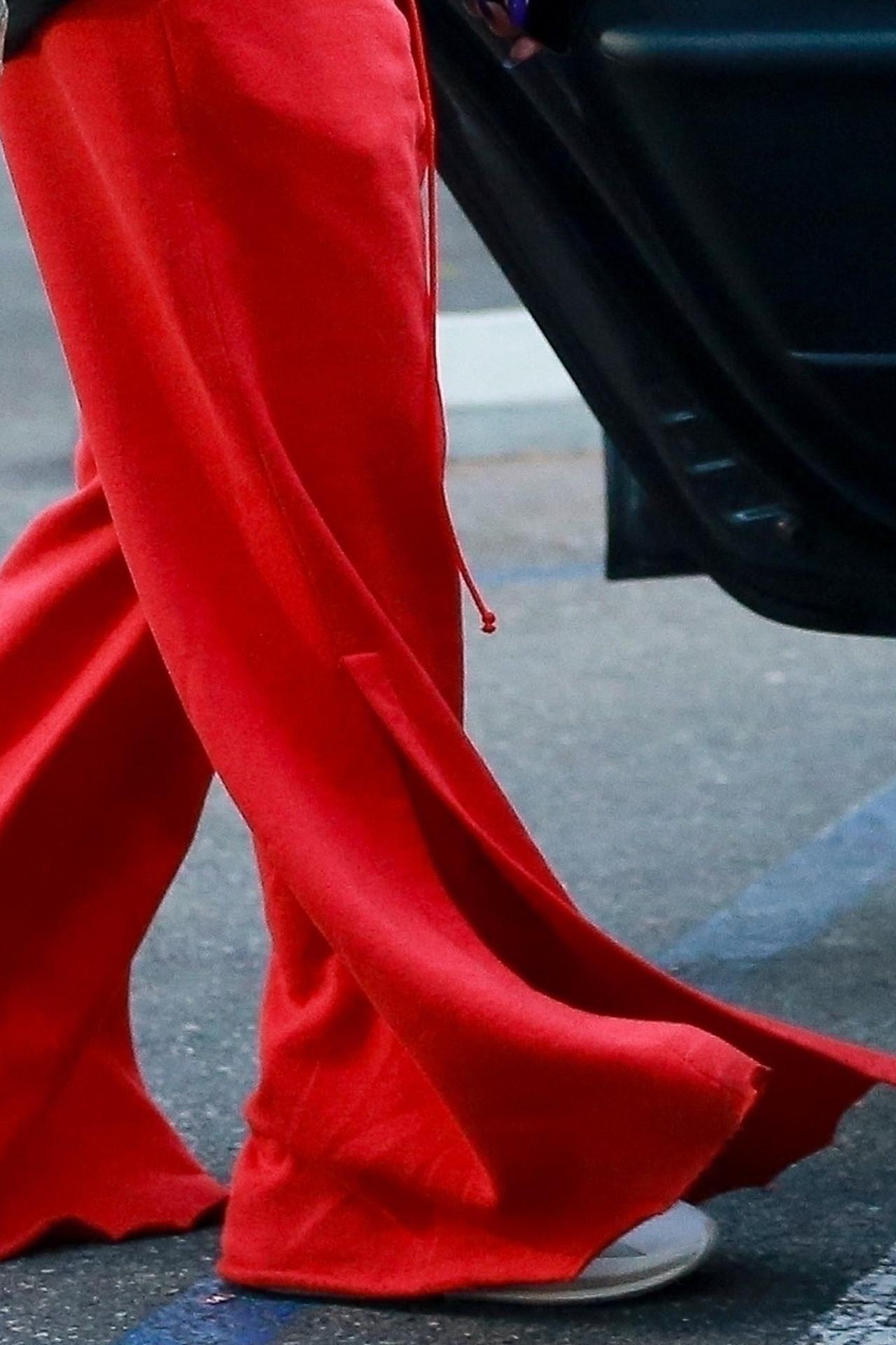 Rihanna w dziwnych, szerokich spodniach robi zakupy spożywcze.