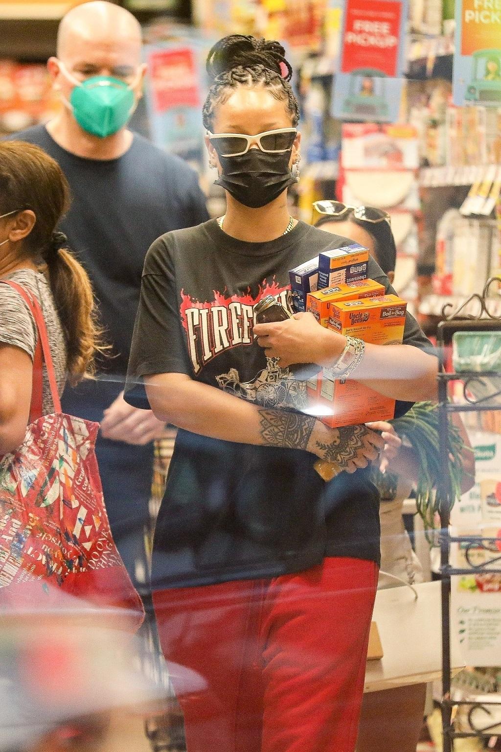 Rihanna w sklepie spożywczym.