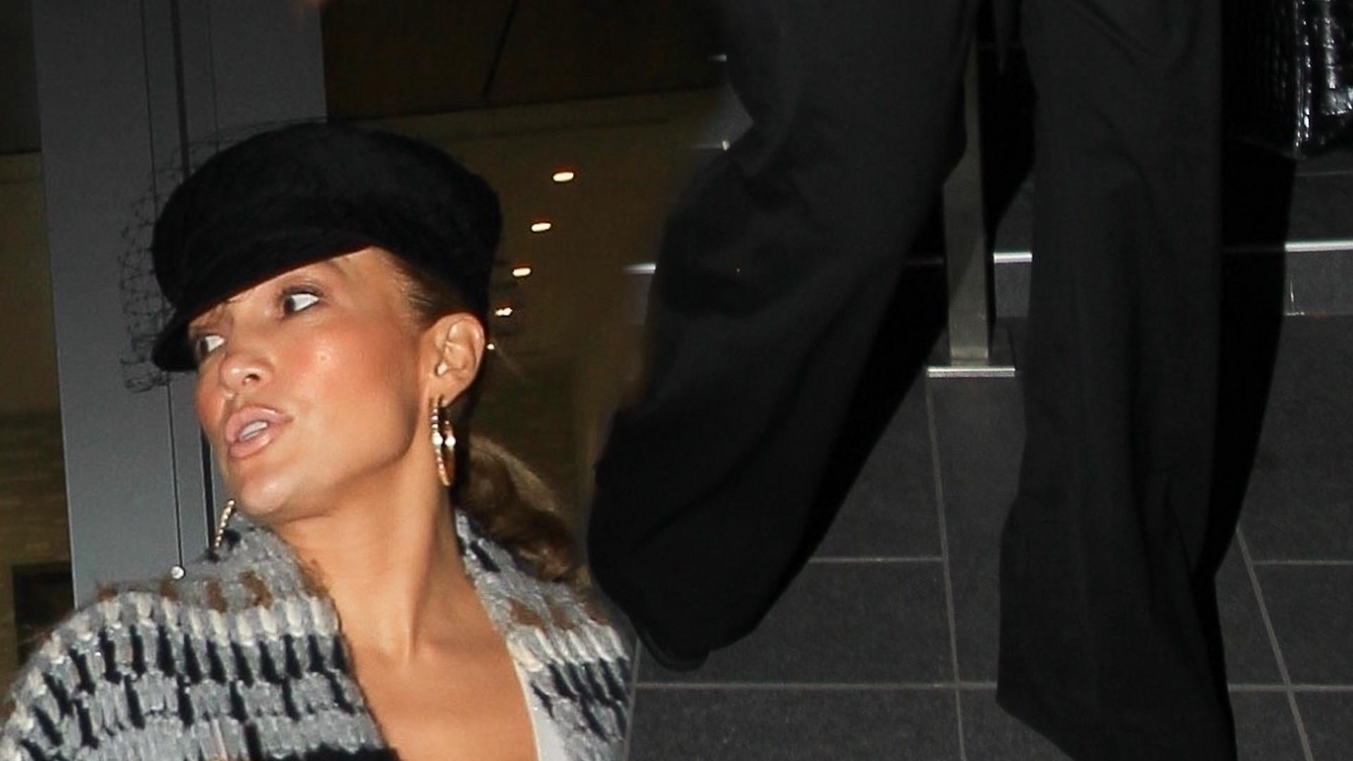 Jennifer Lopez na spotkaniu biznesowym. Nie za duży DEKOLT na taką okazję?
