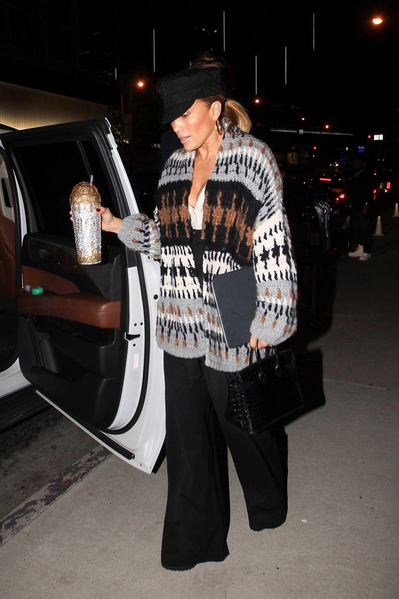 Jennifer Lopez wsiada do samochodu