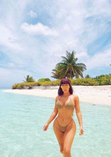 Kim Kardashian pręży się na plaży, fot. Instagram @kimkrardashian
