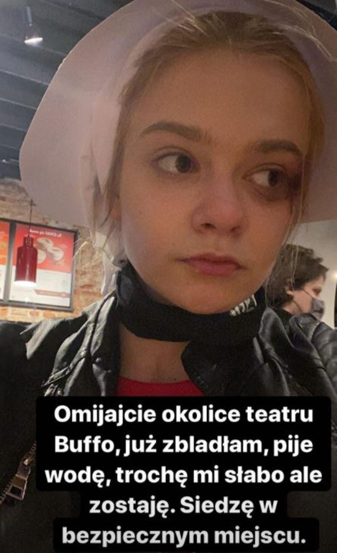 Julia Wróblewska strajkuje na ulicach Warszawy z innymi kobietami.