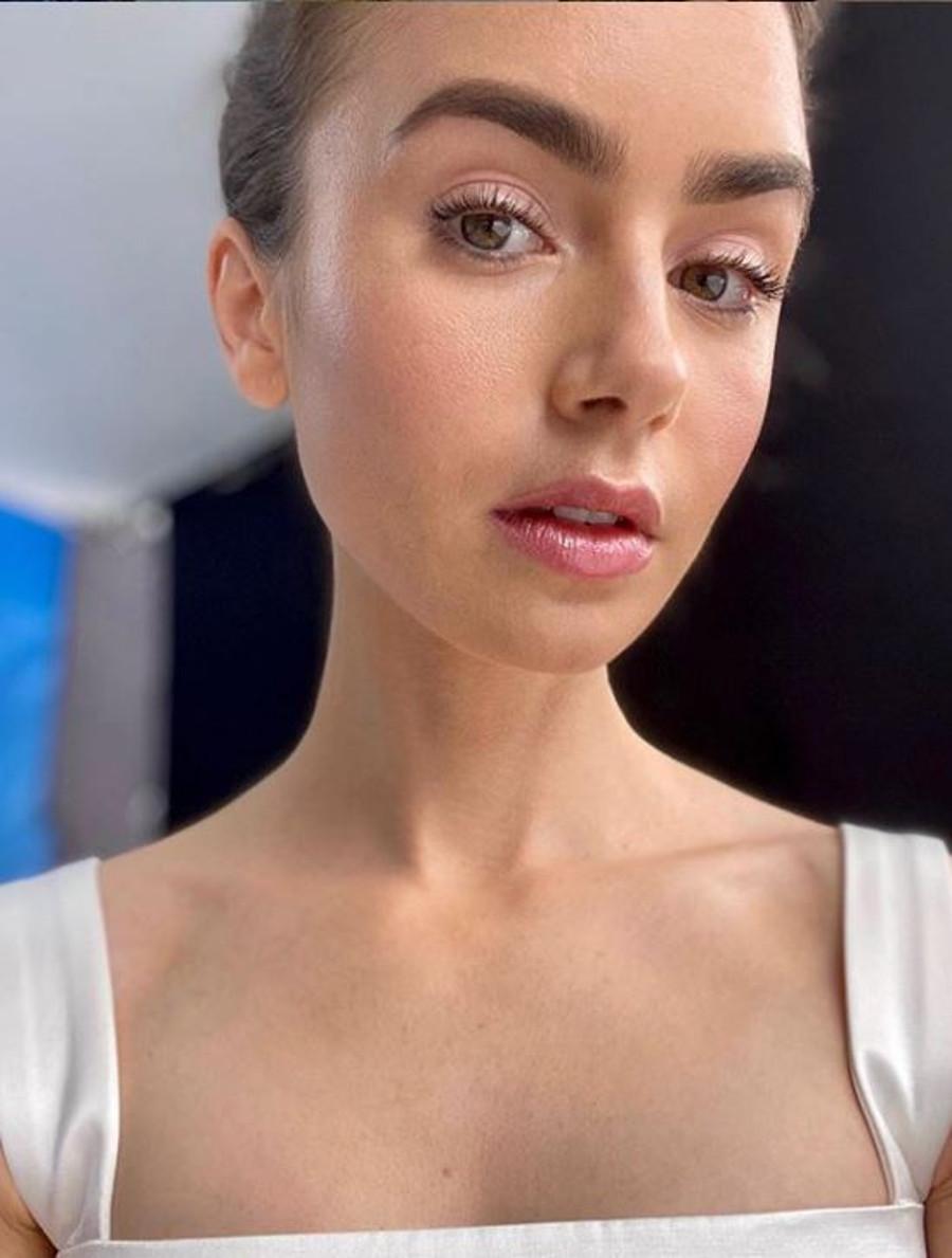 Lily Collins w delikatnym makijażu.