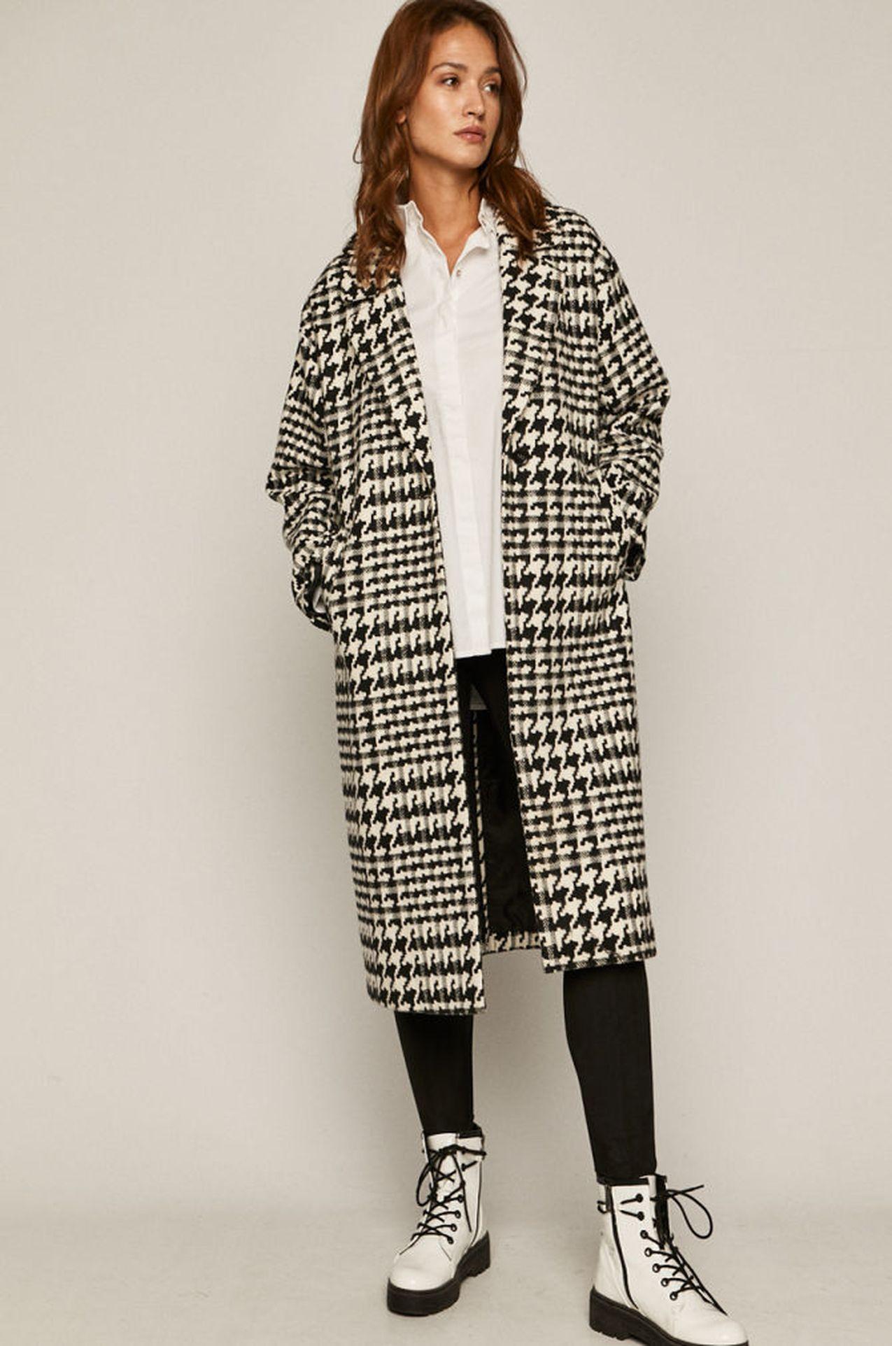 Biało-czarny płaszcz w kratę