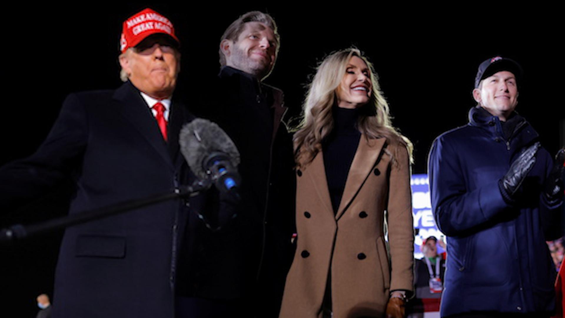 Donald Trump z rodziną dzień przed ciszą wyborczą. Ivanka w pięknym czerwonym płaszczu (ZDJĘCIA)