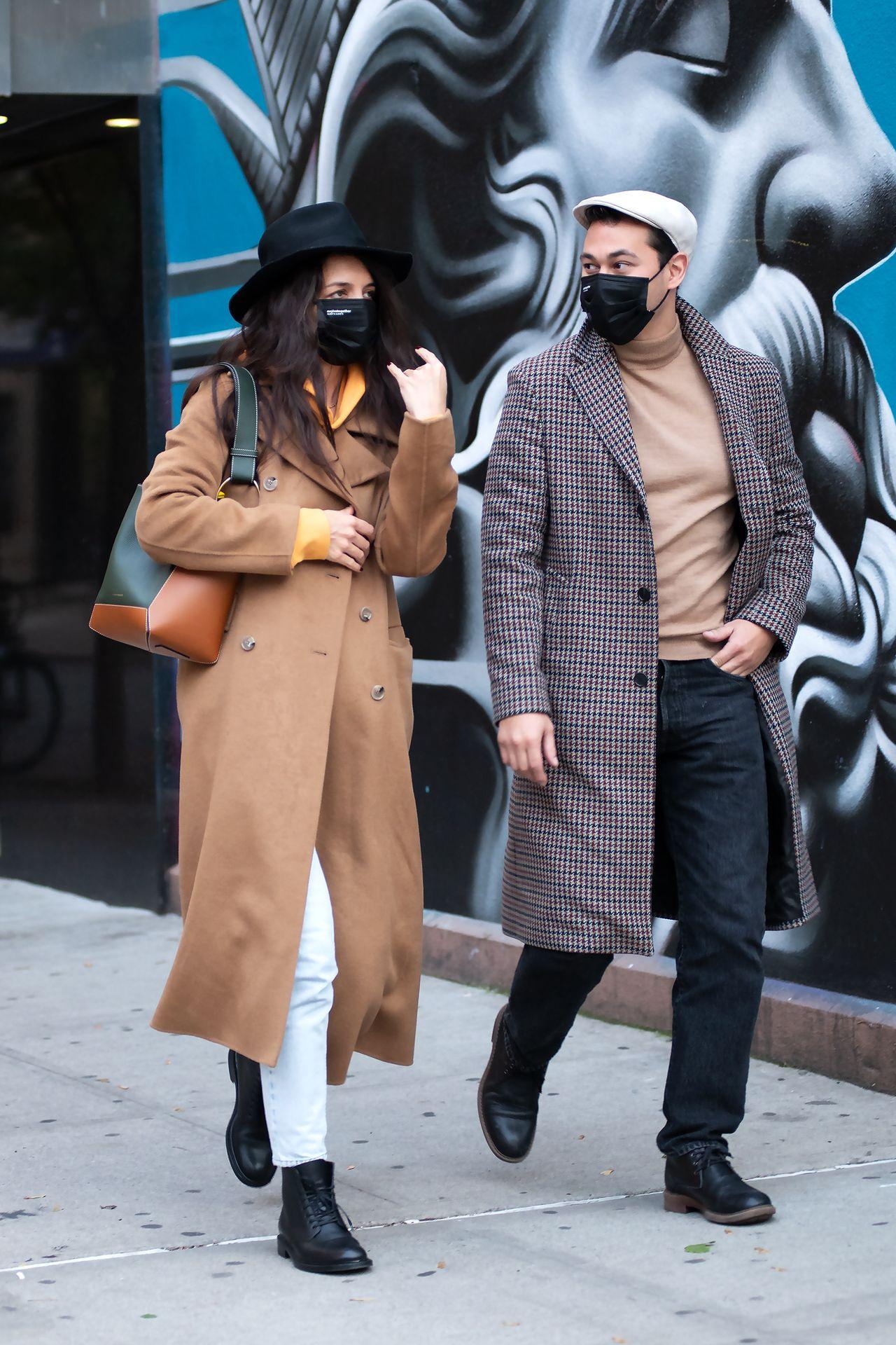 Katie Holmes kwitnie na spacerze z partnerem