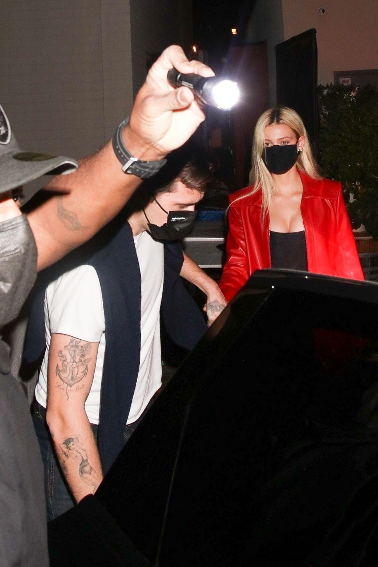 Brooklyn Beckham i Nicola Peltz wsiadają do samochodu