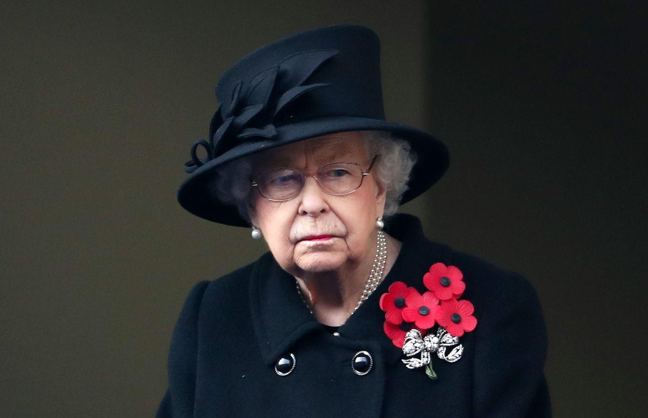 Królowa Elżbieta cała na czarno