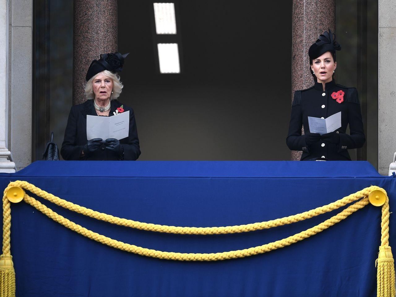 Księżna Camilla i księżna Kate na balkonie
