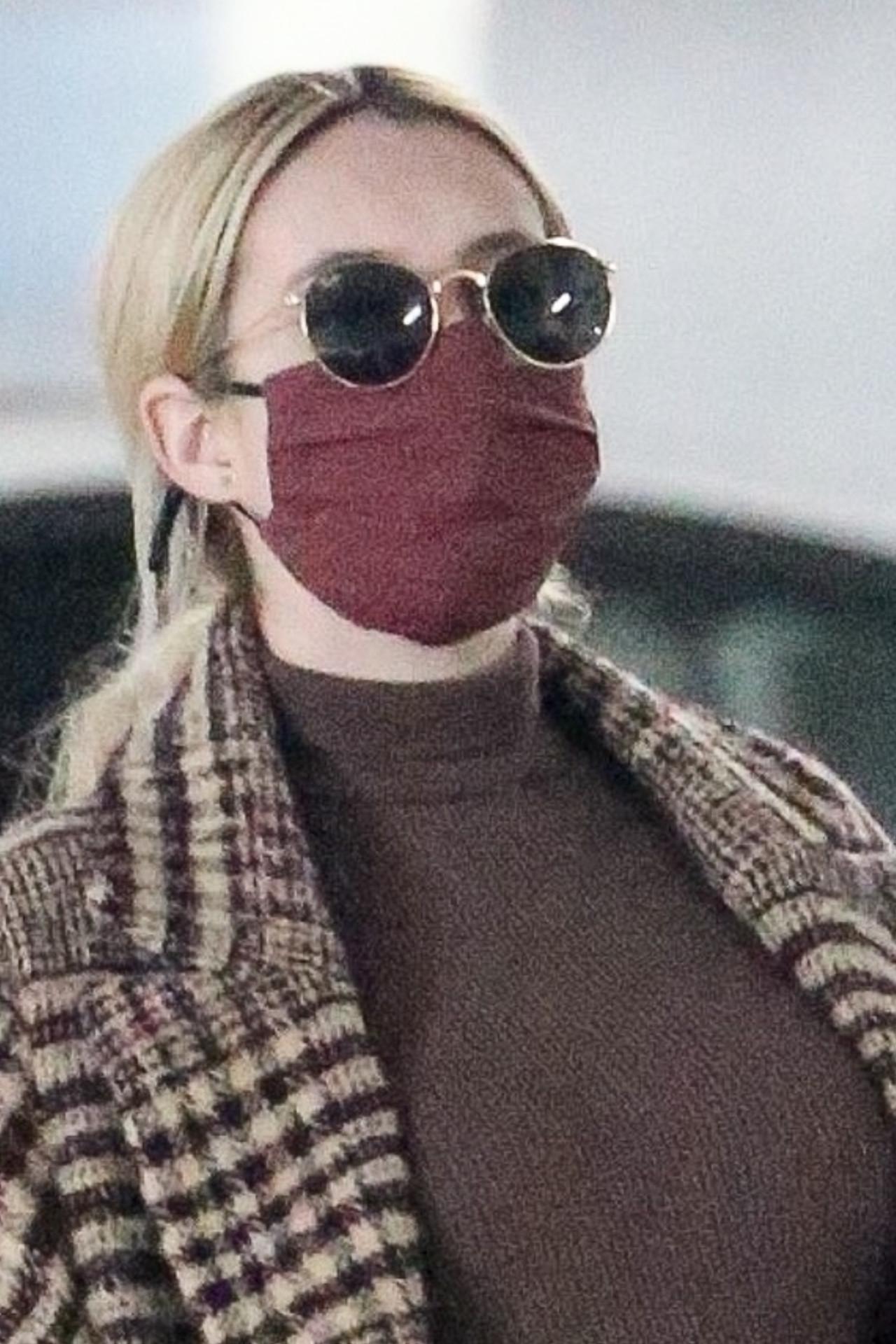 Emma Roberts w maseczce i okularach.