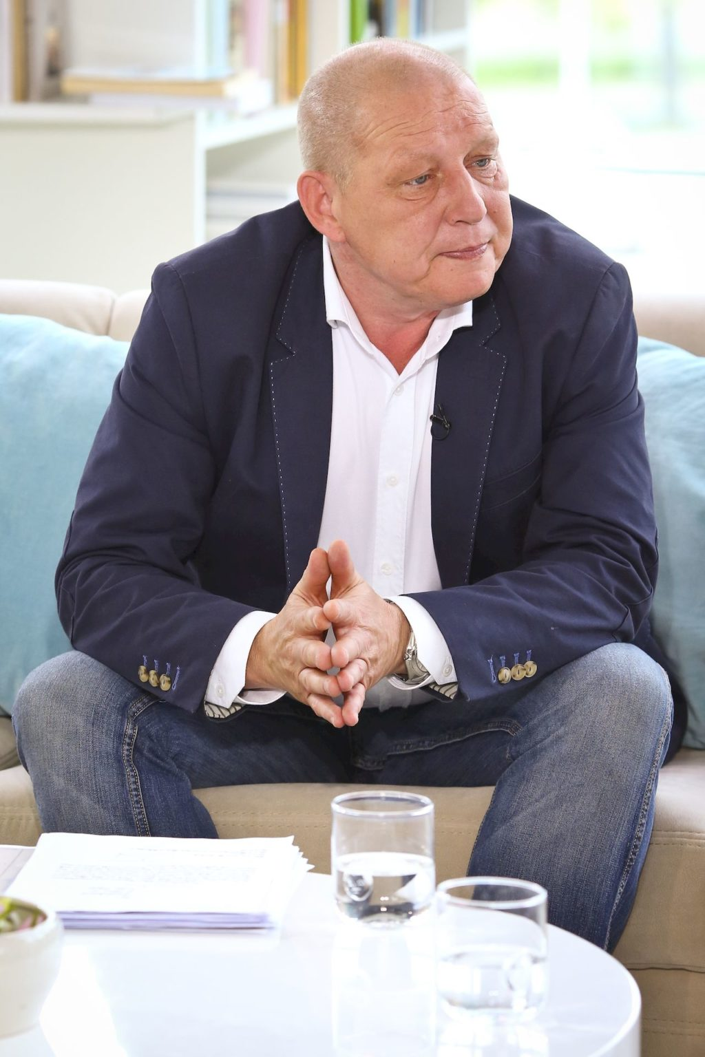 Jasnowidz Krzysztof Jackowski na kanapie