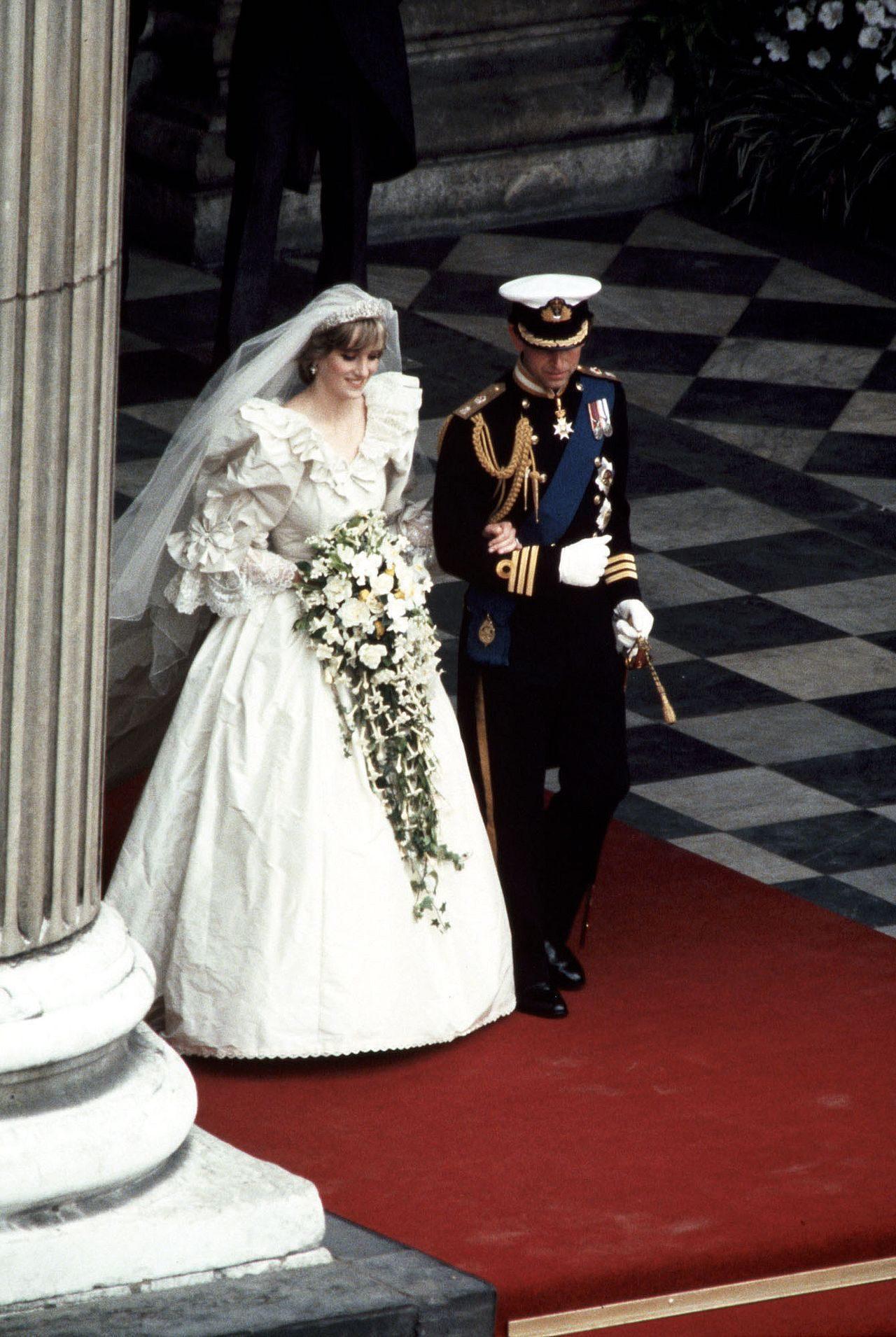 Księżna Diana podczas ślubu z księciem Karolem.