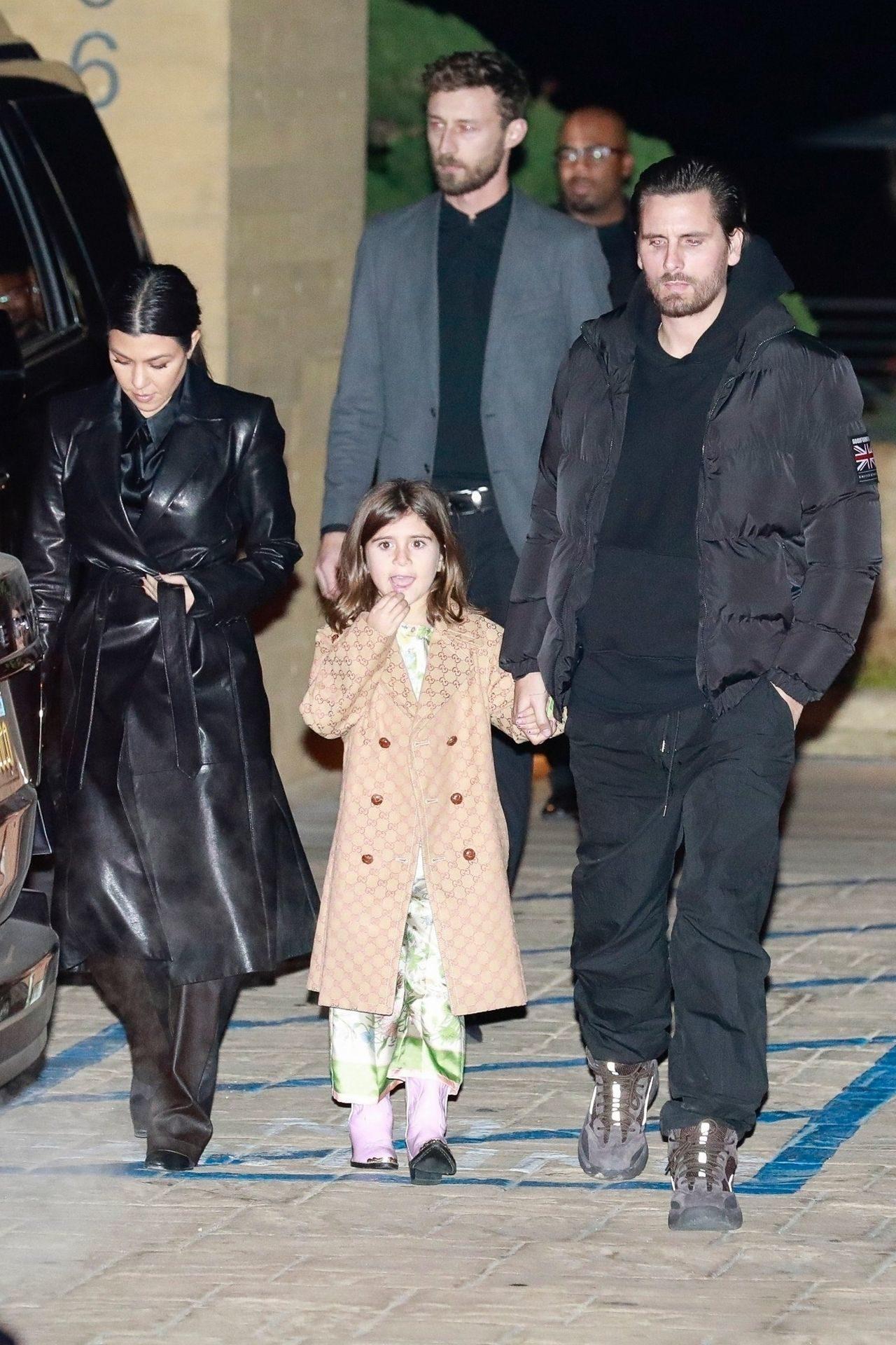 Penelope Disick razem z Kourtney i Scottem wychodzą z restauracji.
