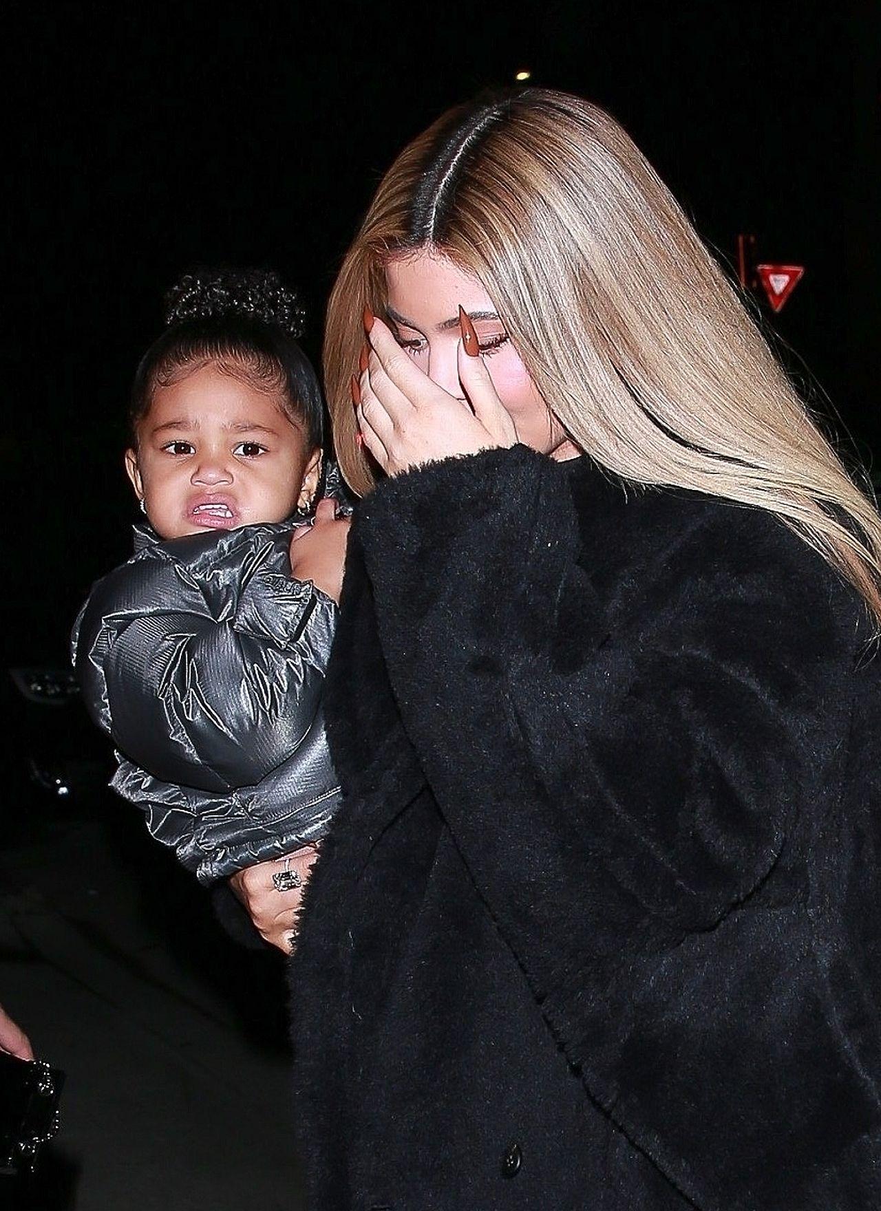 Kylie Jenner w czarnym futrze z córką.