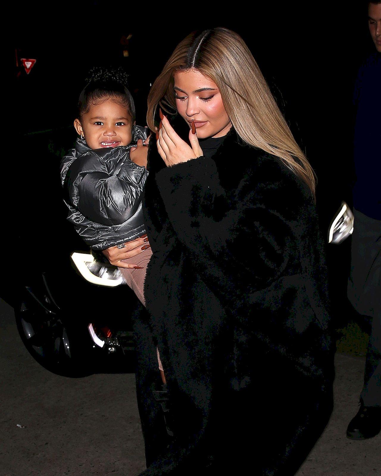 Kylie Jenner z córeczką Stormi na rękach.