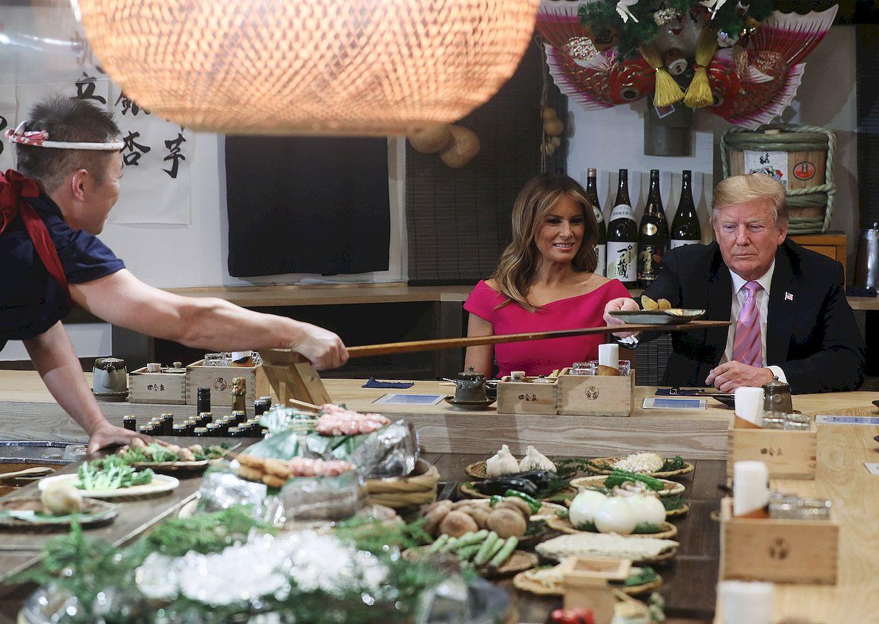 Melania i Donald Trump próbują japońskich przysmaków