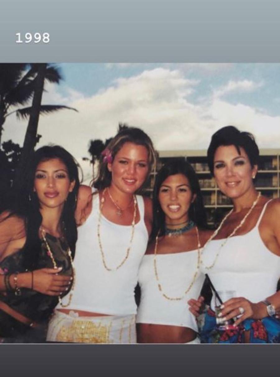 Kim Kardashian z mamą i siostrami 22 lata temu.