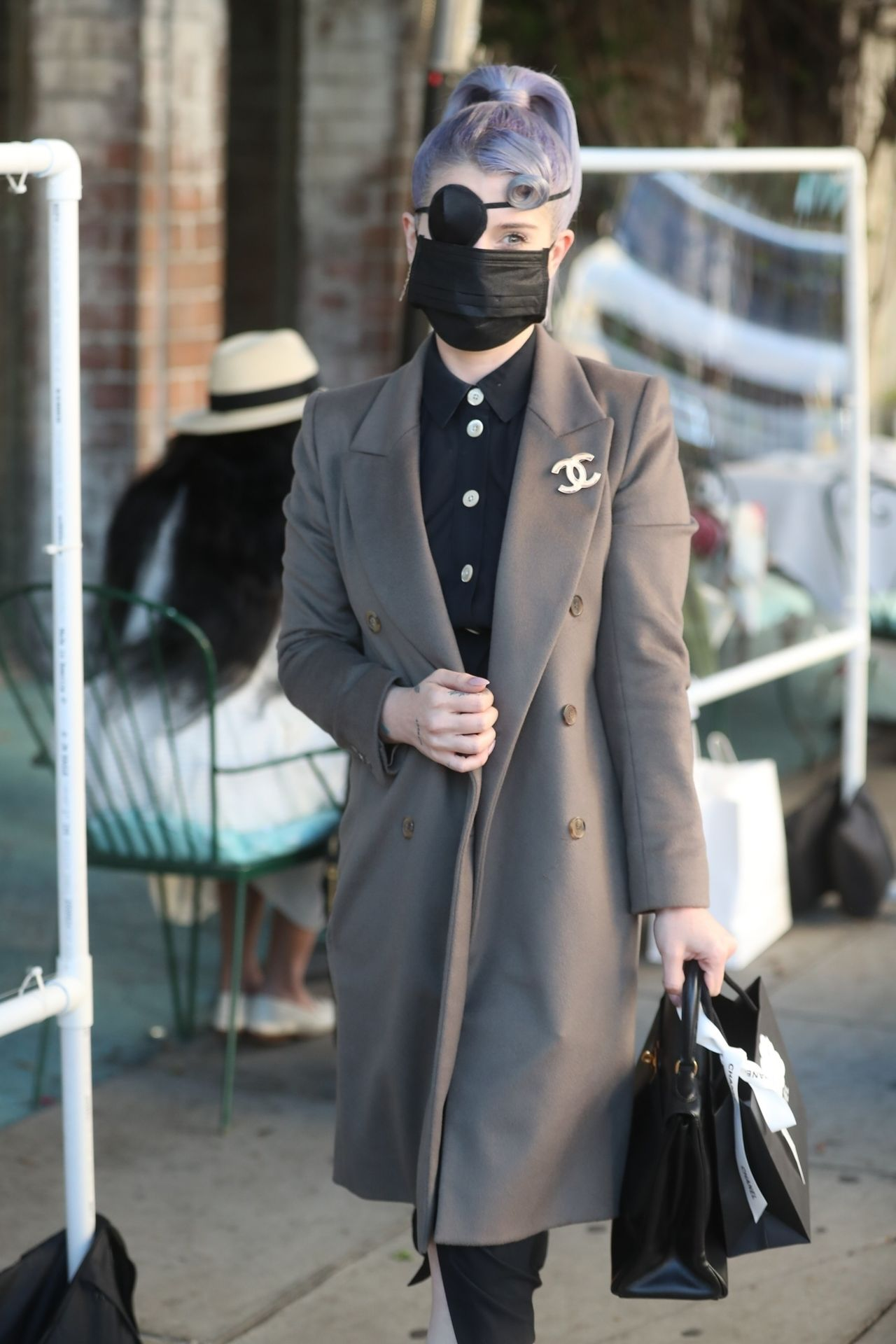 Kelly Osbourne w maseczce i z opaską na oku