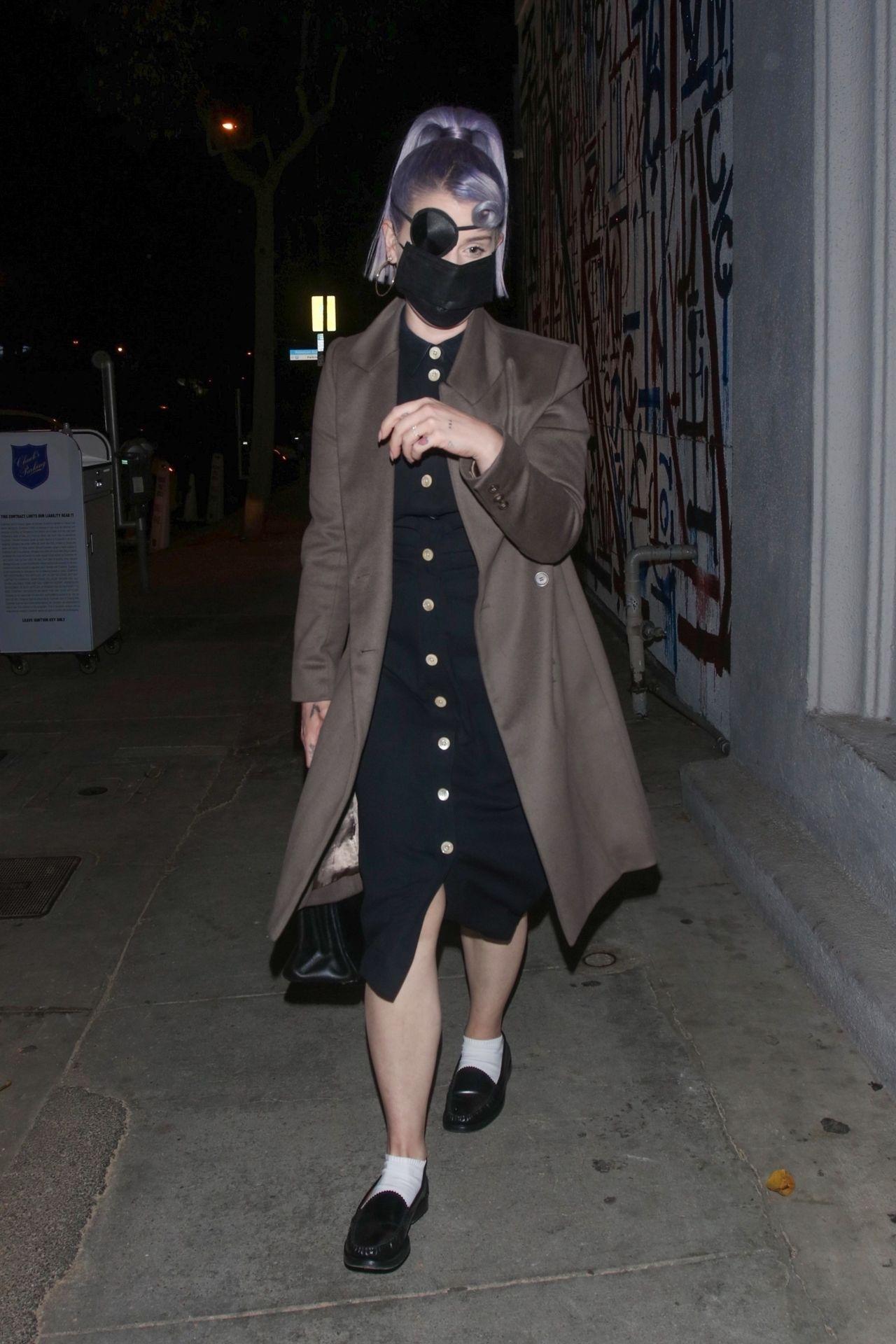 Kelly Osbourne w sukience i płaszczu