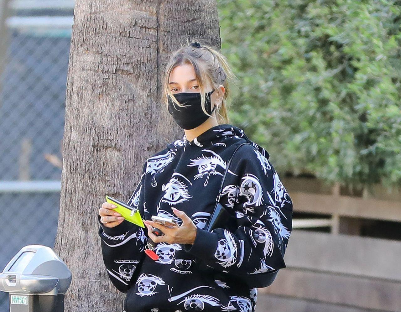 Hailey Bieber w dresie i maseczce