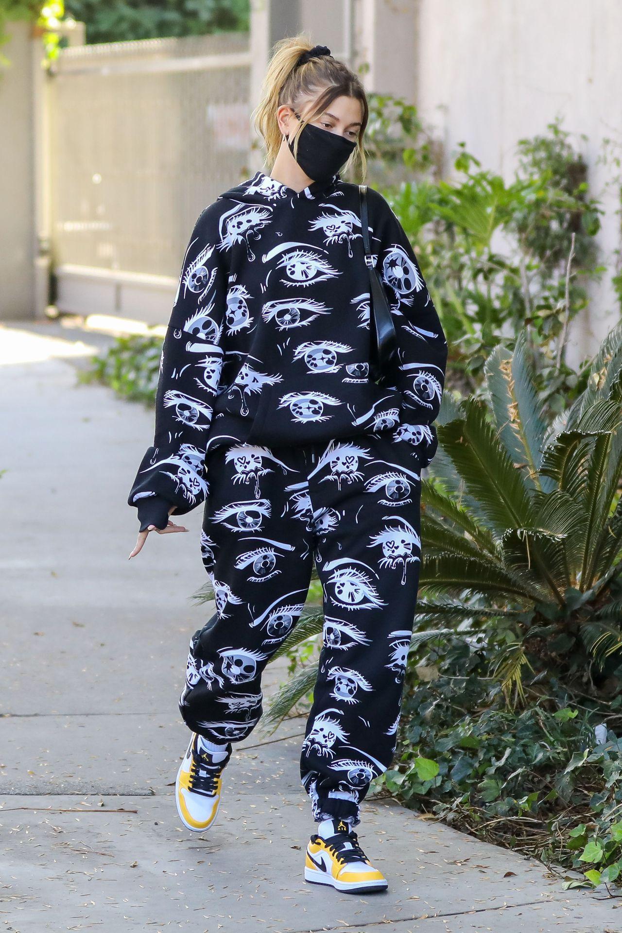 Hailey Bieber w szerokim dresie