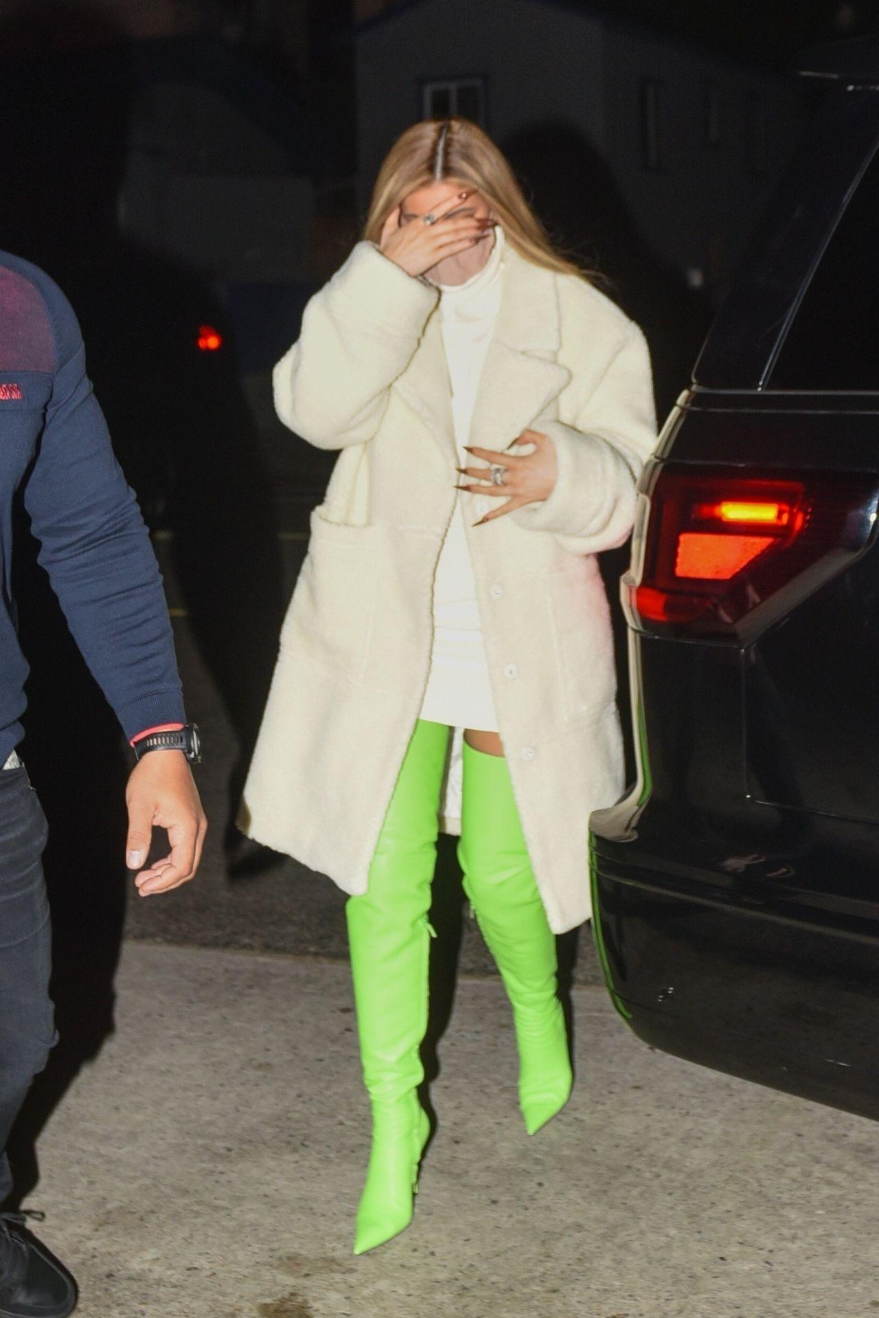 Kylie Jenner wysiada z samochodu