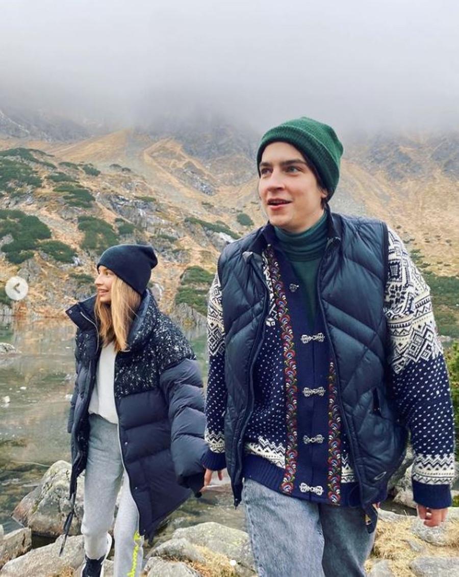 Julia Wieniawa i Nikodem Rozbicki na wspólnym wyjeździe w górach trzymają się za ręce.