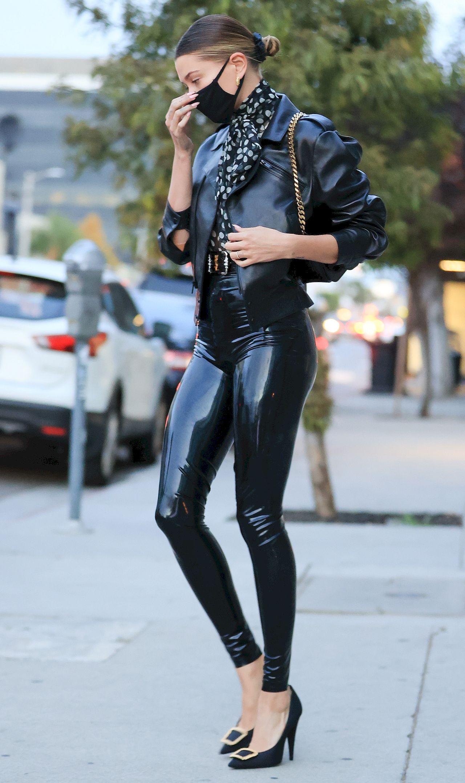 Hailey Bieber w lateksowej stylizacji.