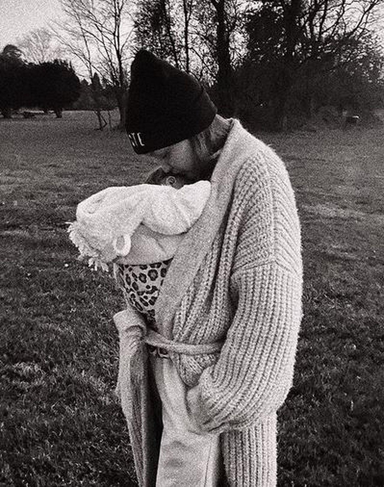 Gigi Hadid przytula się do córki.