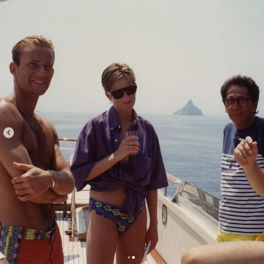 Księżna Diana na śmiałym zdjęciu w bikini i z drinkiem.