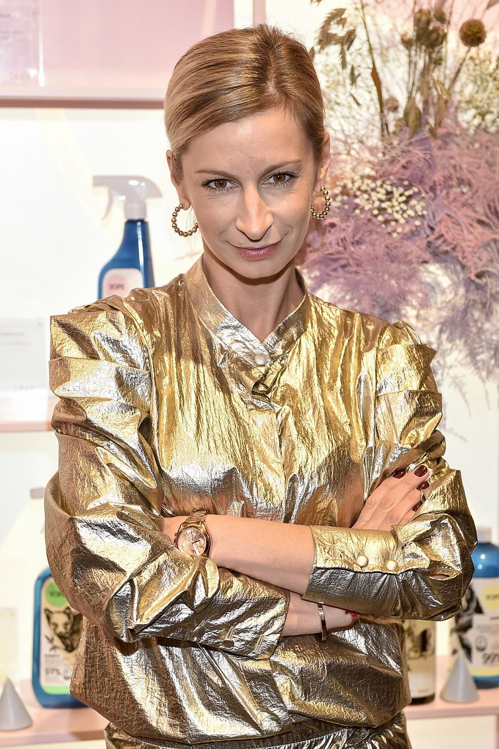 Magdalena Schejbal w złotej stylizacji.