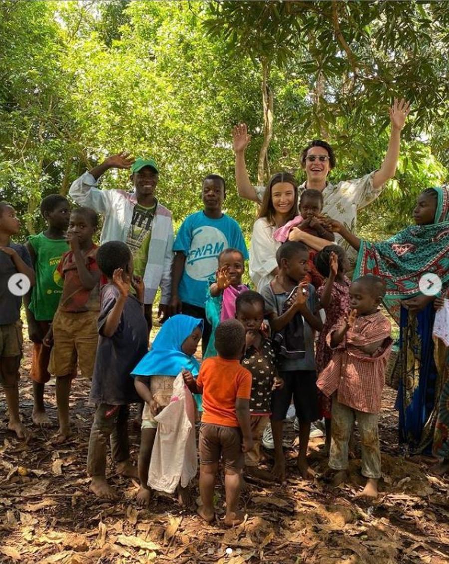 Julia Wieniawa pozuje z dziećmi na Zanzibarze.