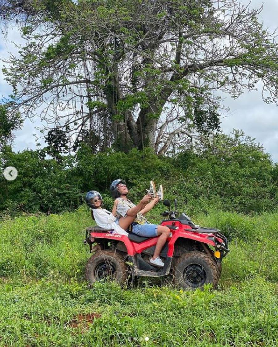 Julia Wieniawa i Nikodem Rozbicki na Zanzibarze jeżdżą quadem.