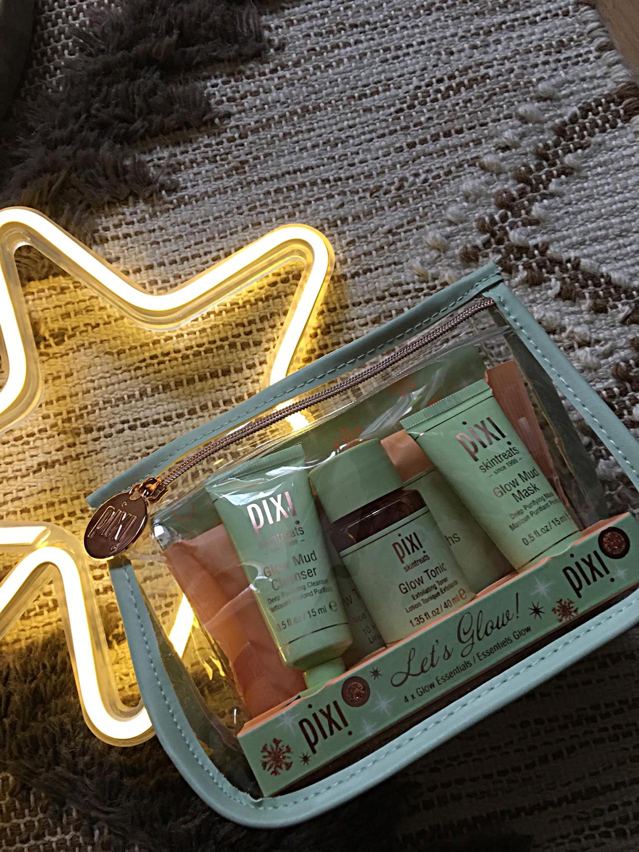 Zestaw kosmetyków rozświetlających skórę.