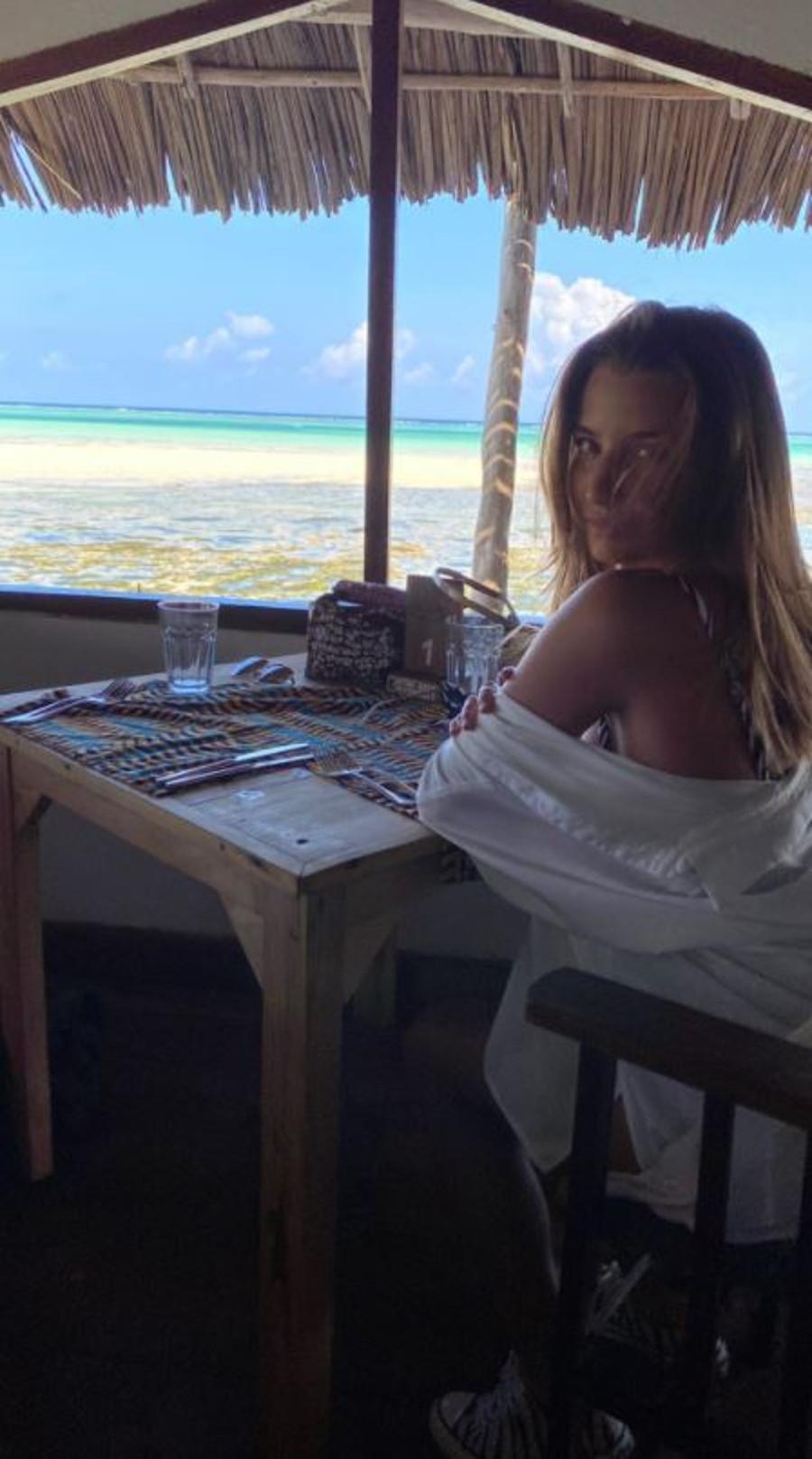 Julia Wieniawa na wakacjach bez makijażu.
