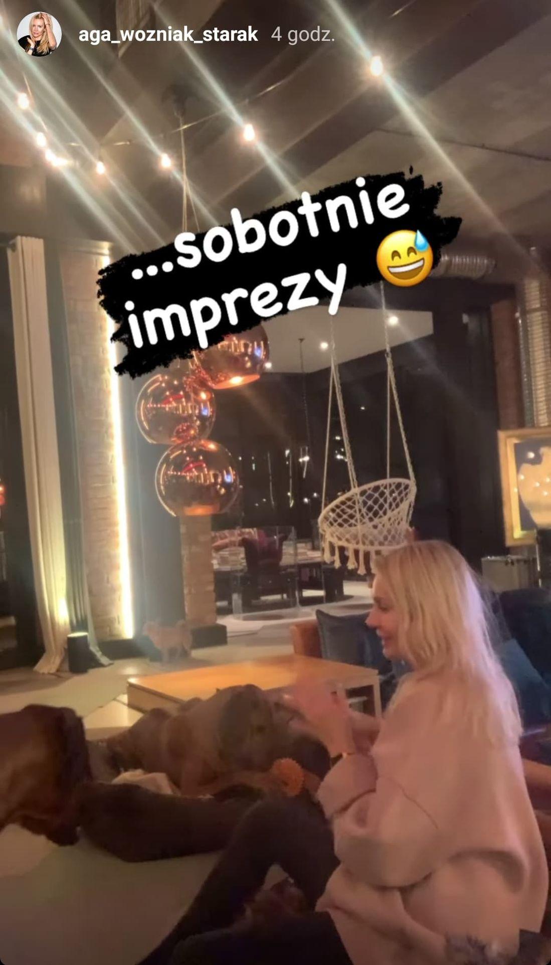 Agnieszka Woźniak-Starak bawi się z psami
