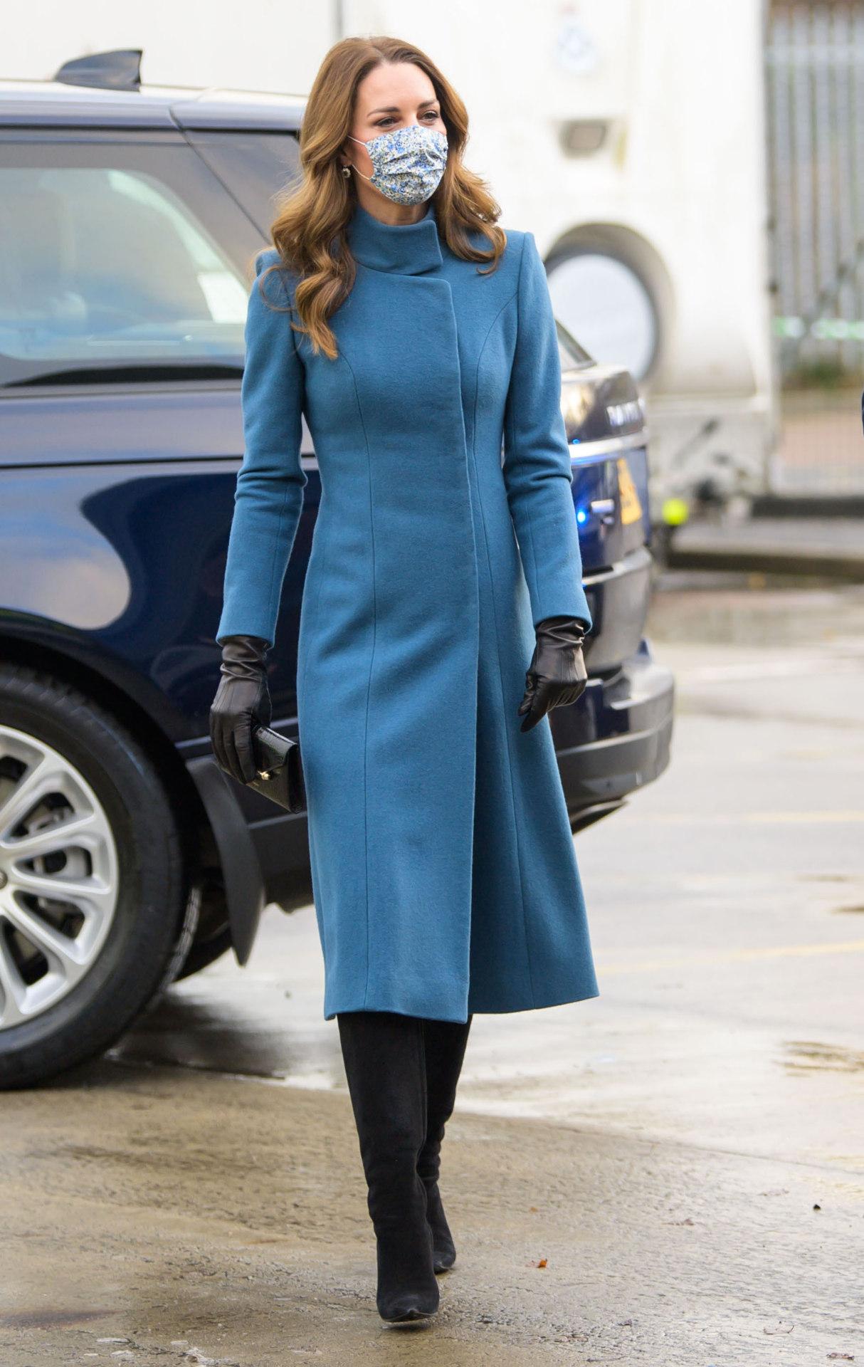 Kate Middleton w niebieskim płaszczu